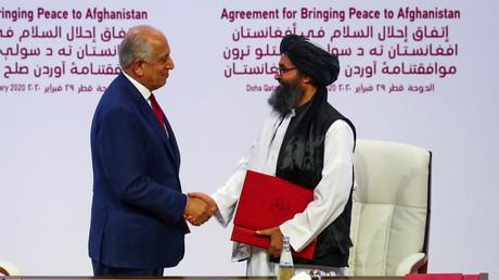 In Katar unterzeichneten US-Vertreter Zalmay Khalilzad und Mullah Abdul Ghani Baradar von den Taliban am Samstag ein Friedensabkommen für Afghanistan. (Doha, 29. Februar 2020)