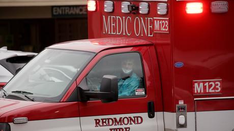 Ein womöglich mit dem Coronavirus infizierter US-Bürger wird zum Life Care Center von Kirkland transportiert, Seattle, Washington, 1. März 2020