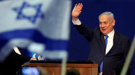 Der israelische Premierminister Benjamin Netanjahu winkt am 03.03.2020 seinen Anhängern im Sitz seiner Likud-Partei in Tel Aviv, nachdem die ersten Prognosen der israelischen Parlamentswahl bekannt wurden.