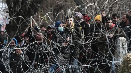 Migranten sammeln sich auf der türkischen Seite an der Grenze zu Griechenland in der Nähe von Kastanies (Bild vom 2. März).