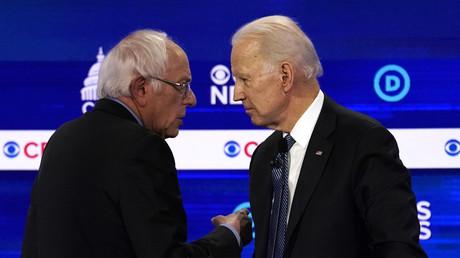 Senator Bernie Sanders (l.) und der Ex-Vizepräsident Joe Biden, beide Präsidentschaftskandidaten der US-Demokraten 2020,  sprechen am 25.02.2020 bei der zehnten Präsidentschaftsdebatte der Demokraten im Gaillard Center in Charleston, US-Bundesstaat South Carolina.