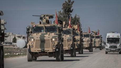 Selbst die NATO würde das Idlib-Desaster der Türkei nicht mit der Kneifzange anfassen (Archivbild: Türkisches Militär auf Patrouille der syrisch-türkischen Grenze in Idlib, 08. März 2019)