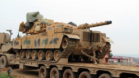 Impotent in Idlib: USA vermarkten Munition an Türkei, hetzen sie auf Russland – Relevanz bleibt aus  (Türkischer M60-Panzer aus US-Herstellung in der türkischen Provinz Hatay, Bezirk Reyhanli, wird auf einem Tieflader transportiert. 14 Februar 2020)