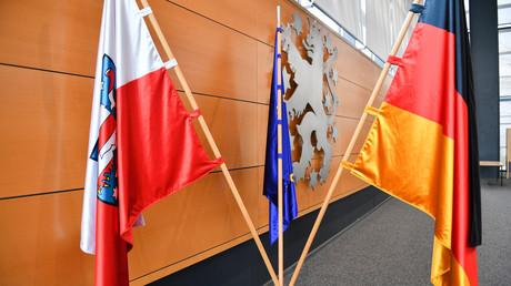 Die Flaggen von Thüringen, der EU und Deutschland und dahinter der gekrönte Löwe mit Sternen, das Wappentier Thüringens, hängen am 4.03.2020 vor der Wahl des Ministerpräsidenten im Landtag in Erfurt.