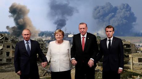 Die Staatschefs Wladimir Putin, Recep Tayyip Erdoğan, Emmanuel Macron und die Kanzlerin Angela Merkel beim Vierer-Gipfel in Istanbul am 27. Oktober 2018. Angesichts der eskalierten Kämpfe um die Provinz Idlib können sie damalige Vereinbarungen als gescheitert ansehen.