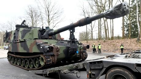 Eine US-Panzerhaubitze des Typs M109 wird auf einen Schwerlasttransporter der Bundeswehr im Rahmen des Manövers Defender Europe 2020 verladen (Bergen Hohne, 12. Februar 2020).