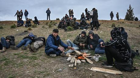 Dass nun Tausende Migranten an der türkisch-griechischen Grenze wie hier bei Edirne am 5. März feststecken, soll laut Annegret Kramp-Karrenbauer die Schuld Russlands sein.