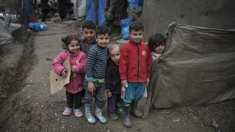 Kinder in dem überfüllten Migrantenlager Moria auf der griechischen Ägäisinsel Lesbos vor ihren Zelten.