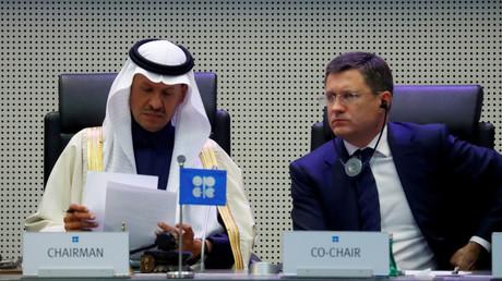 Saudi-Arabiens Energieminister Prinz Abdulaziz bin Salman Al-Saud und der russische Energieminister Alexander Nowak zu Beginn eines OPEC- und NON-OPEC-Treffens in Wien, Österreich, am 6. Dezember 2019.