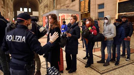 Italienische Polizeibeamte führen am Hauptbahnhof in Mailand Personenkontrollen durch