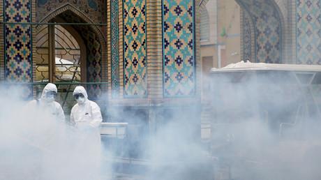 Desinfektion im Imam-Reza-Schrein im Iran