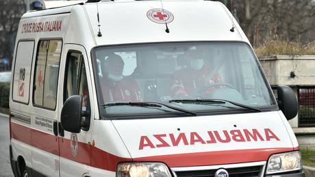 Am 9. März 2020 verlässt ein Krankenwagen das Krankenhaus Molinette im italienischen Turin.