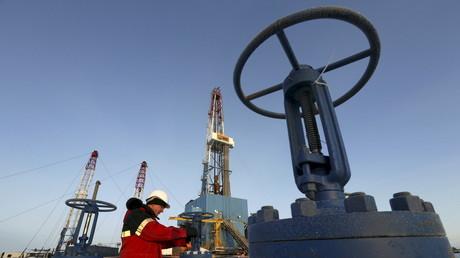 Ein Arbeiter überprüft ein Ventil im Ölfeld Imilorskoye des Unternehmens Lukoil, außerhalb der westsibirischen Stadt Kogalym, Russland.
