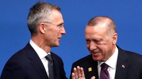 (Archivbild). NATO-Generalsekretär Jens Stoltenberg (li.) begrüßt den türkischen Präsidenten Recep Tayyip Erdoğan (re.) bei seiner Ankunft zum NATO-Gipfel im Hotel Grove in Watford nordöstlich von London am 4. Dezember 2019.