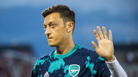 (Archivbild). Mesut Özil winkt seinen Fans im Dick's Sporting Goods Park am 15. Juli 2019 in Commerce City, Colorado, USA.