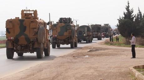 Ein türkischer Militärkonvoi in der syrischen Provinz Idlib.