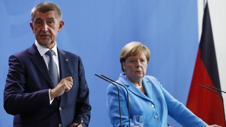 Der tschechische Premierminister Andrej Babiš und Bundeskanzlerin Angela Merkel bei einer Pressekonferenz am 5. September 2018 in Berlin. Nun wirft Babiš der CDU-Politikerin vor, mit ihrer Aussage über das Coronavirus Panik zu verbreiten (Archivbild).