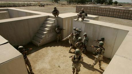 (Archivfoto) Irakische Soldaten erhalten am 15.05.2007 Anweisungen über Angriffstaktiken bei einer Trainingseinheit mit US-Soldaten auf der Militärbasis Taji im Irak.