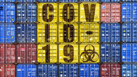 Fotomontage: Gestapelte Frachtcontainer mit COVID-19-Schriftzug. COVID-19 ist die vom Corona-Virus ausgelöste Lungenkrankheit.