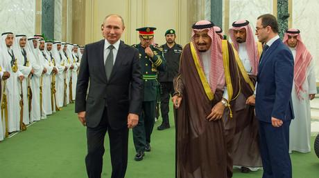 Der russische Präsident Wladimir Putin mit dem saudi-arabischen König Salman während einer Begrüßungszeremonie in Riad