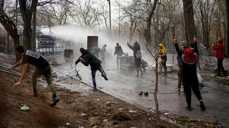 Mit Wasserwerfern versucht die griechische Polizei, Migranten vom Überqueren der griechisch-türkischen Grenze bei Kastanies/Pazarkule abzuhalten. (8. März 2020)