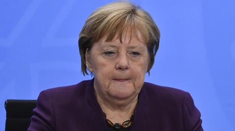 Bundeskanzlerin Angela Merkel nach dem stundenlangen Treffen mit den Ministerpräsidenten der Bundesländer in Berlin am Donnerstagabend.