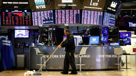 Eine Putzkraft räumt bei der New Yorker Börse nach Handelsschluss auf