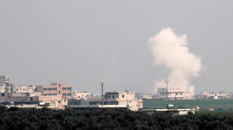 Rauch steigt in Saraqib in der Provinz Idlib auf.