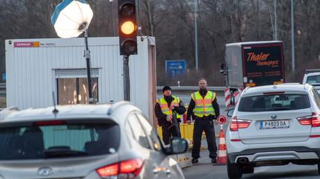 Bundespolizisten am Kontrollpunkt Kiefersfelden an der bayerisch-österreichischen Grenze: Seit heute riegelt auch Deutschland seine Grenzen ab.