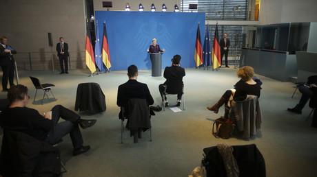 Ab heute herrschen auch bei den Presseauftritten im Kanzleramt neue Sitten: Journalisten dürfen nur mit Abstand zueinander der Bundeskanzlerin lauschen.