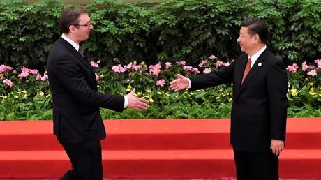 Der serbische Präsident Alexander Vučić wird vom chinesischen Präsidenten Xi Jinping während der Begrüßungszeremonie des Seidenstraßen-Projekts