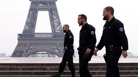 Französische Polizeistreife auf dem Trocadero-Platz in der Nähe des Eiffelturms in Paris