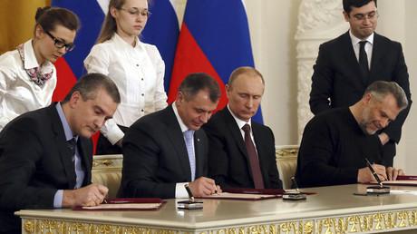 Ein historischer Moment. Russlands Präsident Wladimir Putin (2. v. r.), der Premierminister der Krim Sergei Aksjonow (l.), der Parlamentspräsident Wladimir Konstantinow (2. v. l) und der Bürgermeister von Sewastopol Alexei Chaly unterschreiben die Krim-Beitrittserklärung am 18. März 2014 in Moskau.