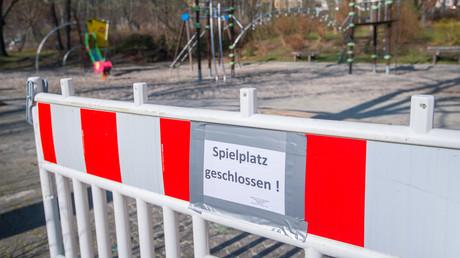 Ein geschlossener Spielplatz in Aue-Bad Schlema in Sachsen: Landesweit wurden Spielplätze und Geschäfte wegen des Coronavirus geschlossen.