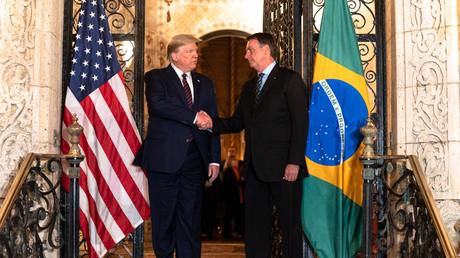 Der brasilianische Präsident Jair Bolsonaro und sein US-Amtskollege Donald Trump bei einem Treffen im März, bei dem es auch um die militärische Zusammenarbeit ging, 7. März 2020.