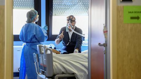Eine Krankenschwester spricht auf der Intensivstation des Krankenhauses Oglio Po in Cremona mit einem Patienten, der an der vom Coronavirus verursachten Krankheit COVID-19 leidet. (Bild vom 19. März 2020)