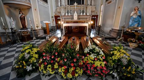 Abschied von Opfern des tödlichen Virus: In vielen Kirchen in Norditalien werden Särge vor dem Altar aufgebahrt.