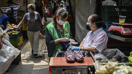 Szene auf einem Straßenmarkt in Medellin, Kolumbien – 19. März 2020