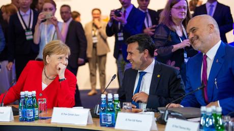 Bundeskanzlerin Angela Merkel im Gespräch mit Zoran Zaev (2.v.r.),  Premierminister von Nordmazedonien, und Edi Rama, Premierminister von Albanien, bei der Westbalkan-Konferenz am 5. Juli 2019 in Poznań, Polen.