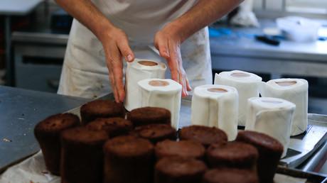 Der Kundenhunger nach Toilettenpapier brachte den Bäcker Tim Kortuem aus Dortmund auf eine besondere Geschäftsidee. Er produziert nun Schokoladenkuchen in Form des aktuell überaus beliebten Guts