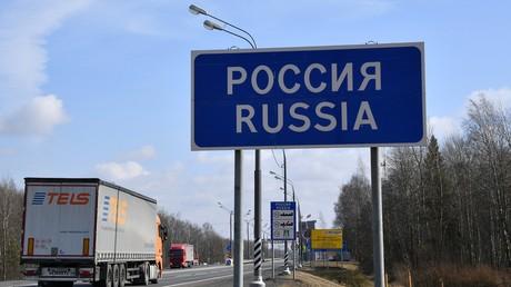 Isolation in der Corona-Krise: Welche Ausländer dürfen noch nach Russland? Symbolbild: Kraftfahrstraße М1 (Minsk-Moskau) an der russisch-weißrussischen Grenze. Russland hat seine Grenzen wegen der Corona-Pandemie für Ausländer gesperrt. Ausgenommen sind Fahrer einfahrender Lkw.