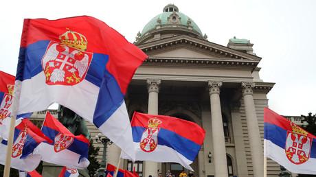 Serbiens Flaggen vor dem Parlamentsgebäude in Belgrad: Laut einer Umfrage seien lediglich 11 Prozent in Serbien dafür, dass ihr Land dem Militärbündnis NATO beitritt.