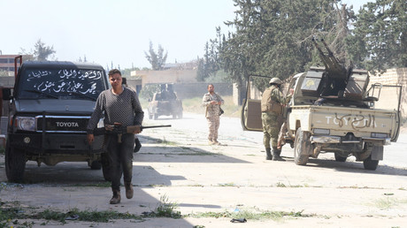 Bewaffnete Kämpfer, die der von der UN anerkannten Regierung von Ministerpräsident Fayiz as-Sarradsch nahestehen, versammeln sich im Süden von Tripolis (Bild vom 15. März).