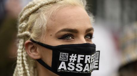 Sicherheitsbewusst mit Schutzmaske: Teilnehmerin einer Demonstration für die Befreiung von WikiLeaks-Gründer Julian Assange am Königlichen Gerichtshof Woolwich in London, 24. Februar 2020 (Archivbild)