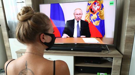 Quarantäne in Russland: Eine junge Frau sieht sich die Rede des russischen Präsidenten Wladimir Putin an