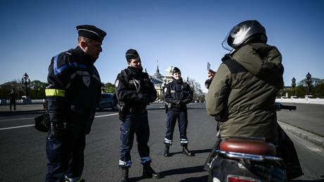 Ein Polizeibeamter kontrolliert am 24. März 2020 in Paris einen Motorradfahrer.