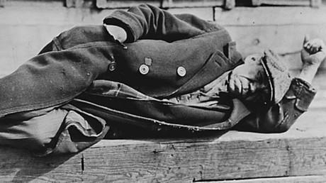 Archivbild: Ein arbeitsloser Mann während der Großen Depression auf einem Pier in den New Yorker Docks