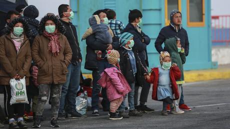 Migranten am 20. März 2020 im Hafen von Mytilene auf der griechischen Insel Lesbos.