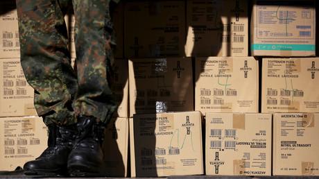 Bundeswehrsoldat beim Verladen von Schutzeinrichtung am Mittwoch vergangener Woche in Magdeburg
