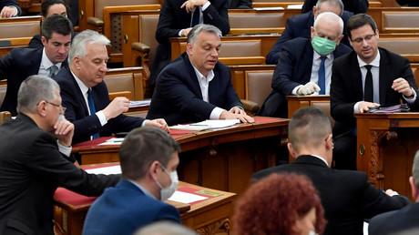 Ministerpräsident Viktor Orbán und weitere Abgeordnete stimmen am 30. März im Parlament für die Notstandsgesetze.
